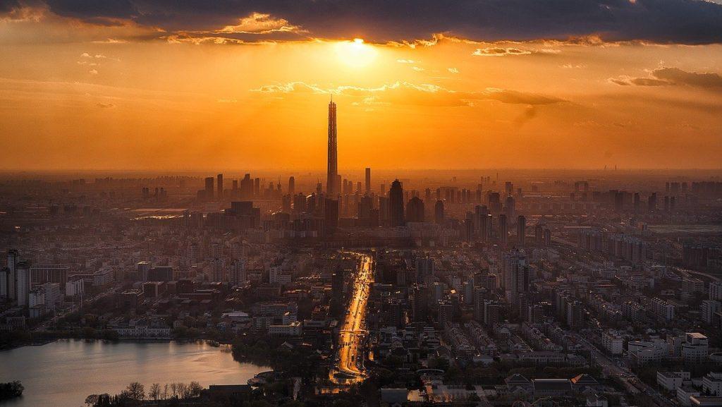 現代的なビル群と夕焼け