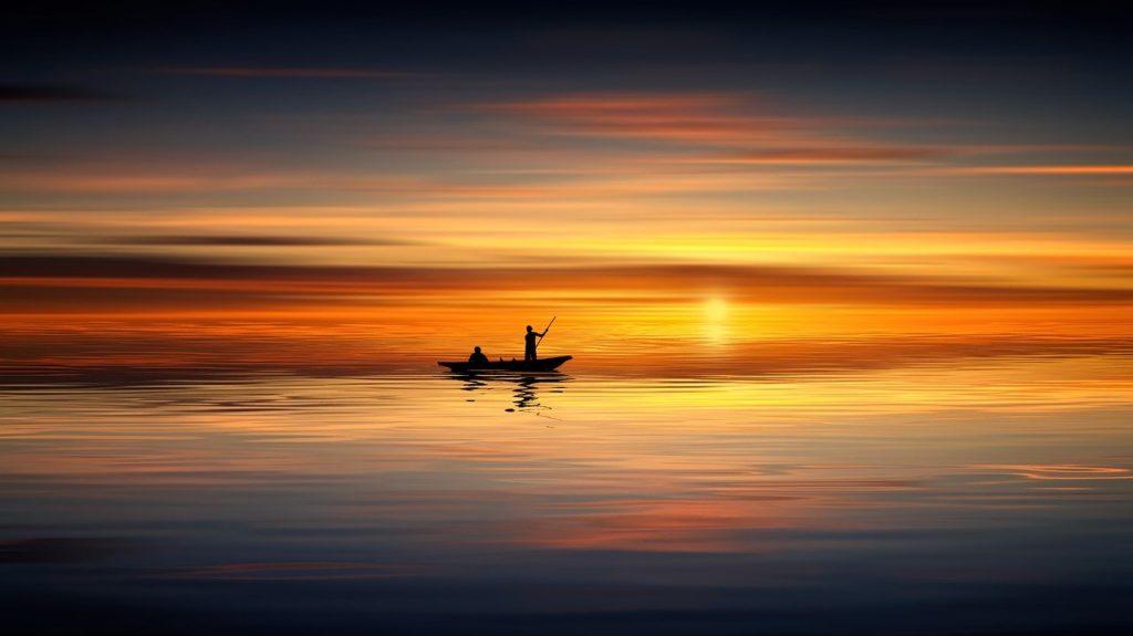 川で船に乗り魚釣りしてる