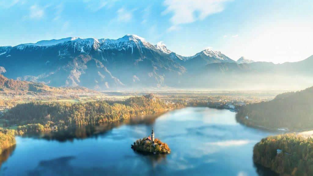山と川の風景