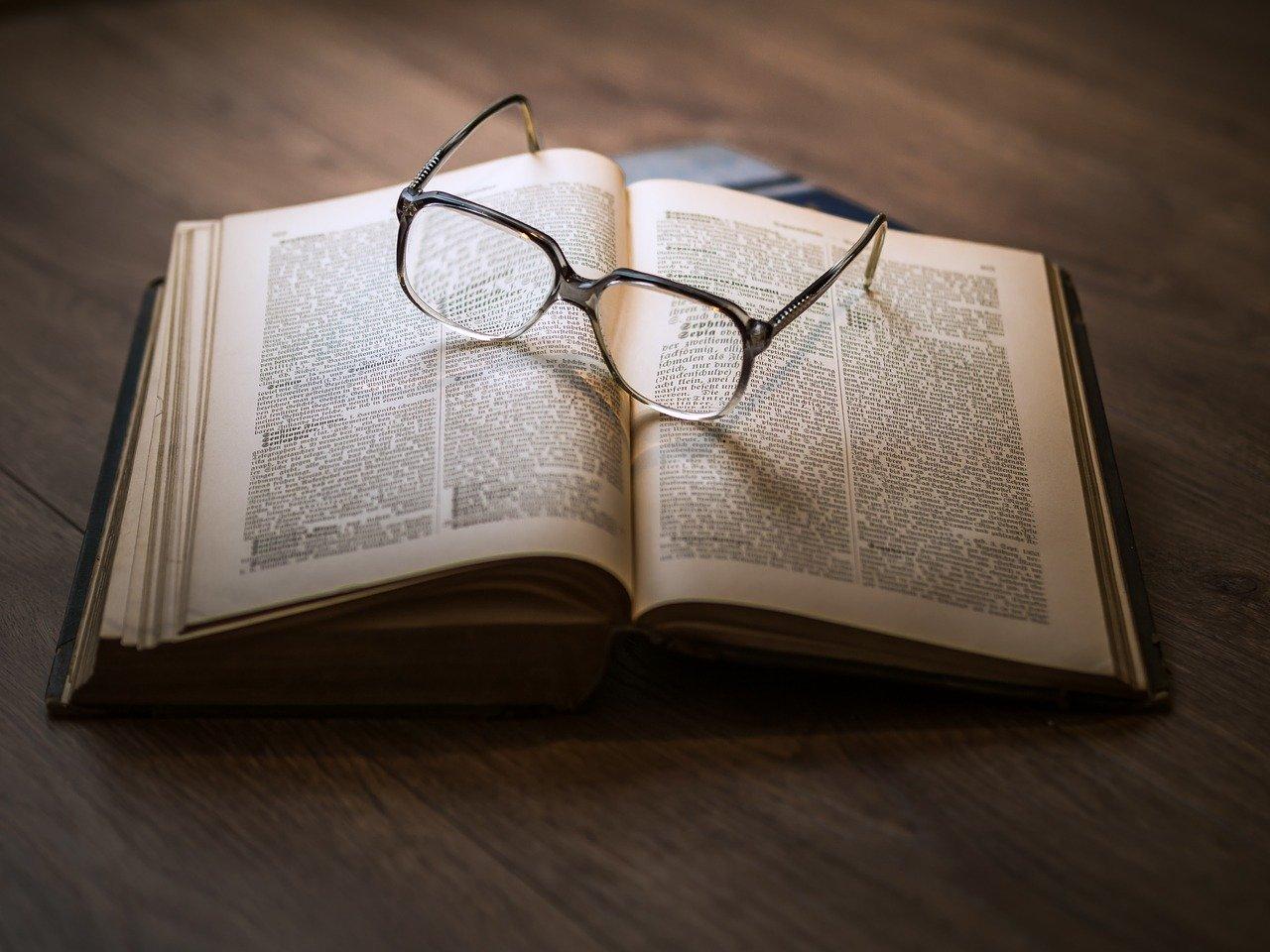洋書の本の上にメガネが置いてある