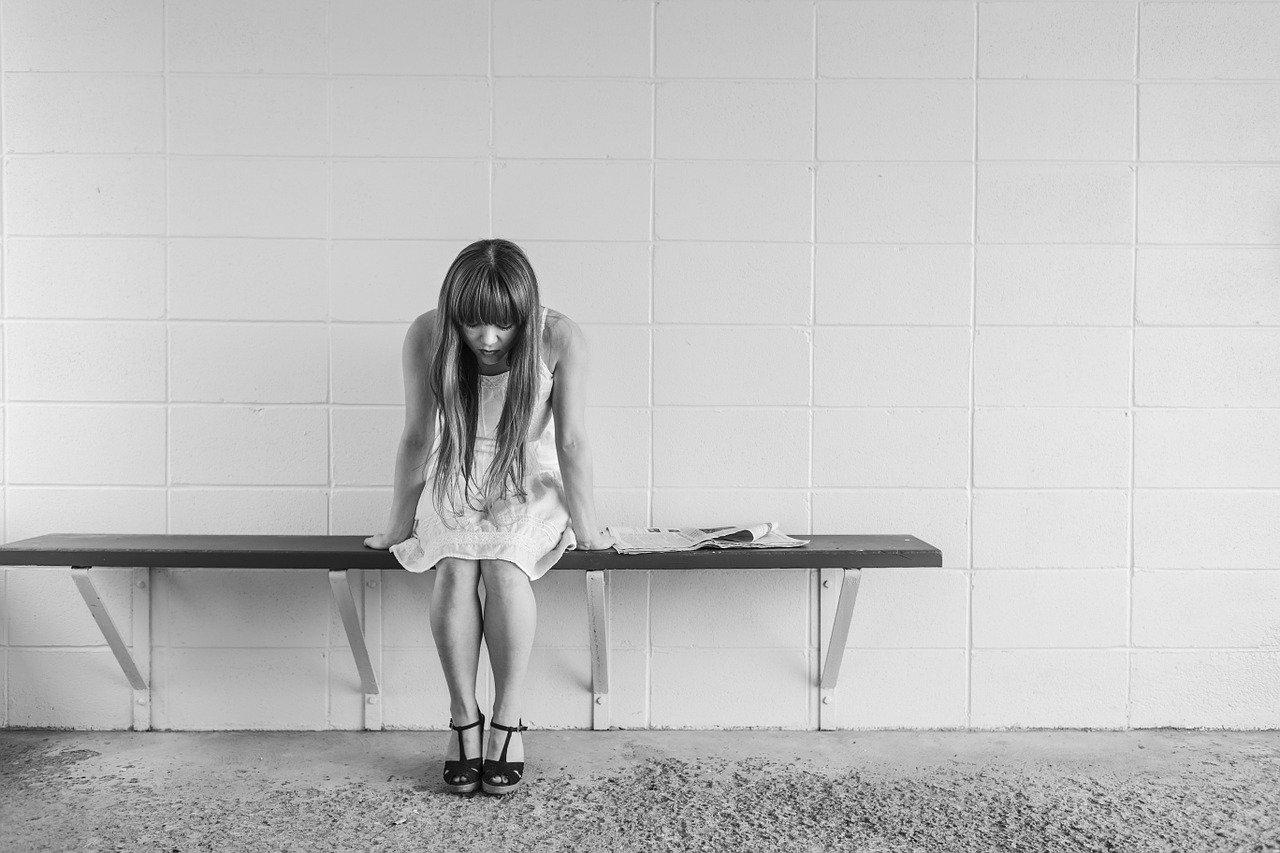 少女が欲求不満で満たされず悲しそう
