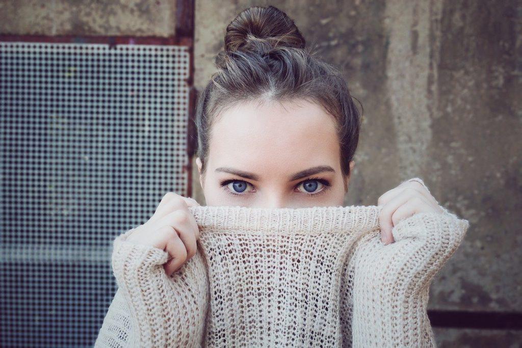 目が印象的な女性