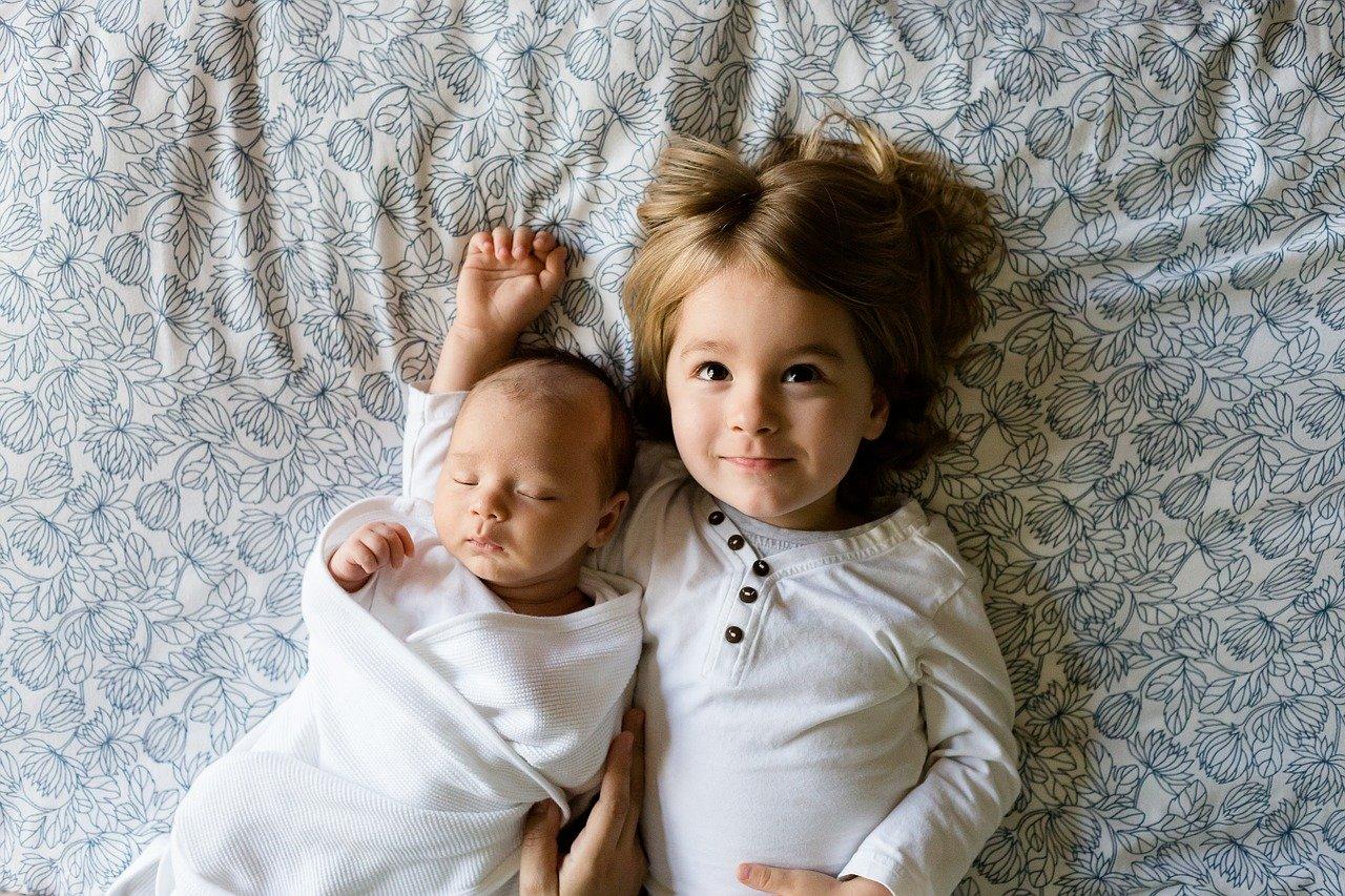 赤ちゃんと子供が寝てる